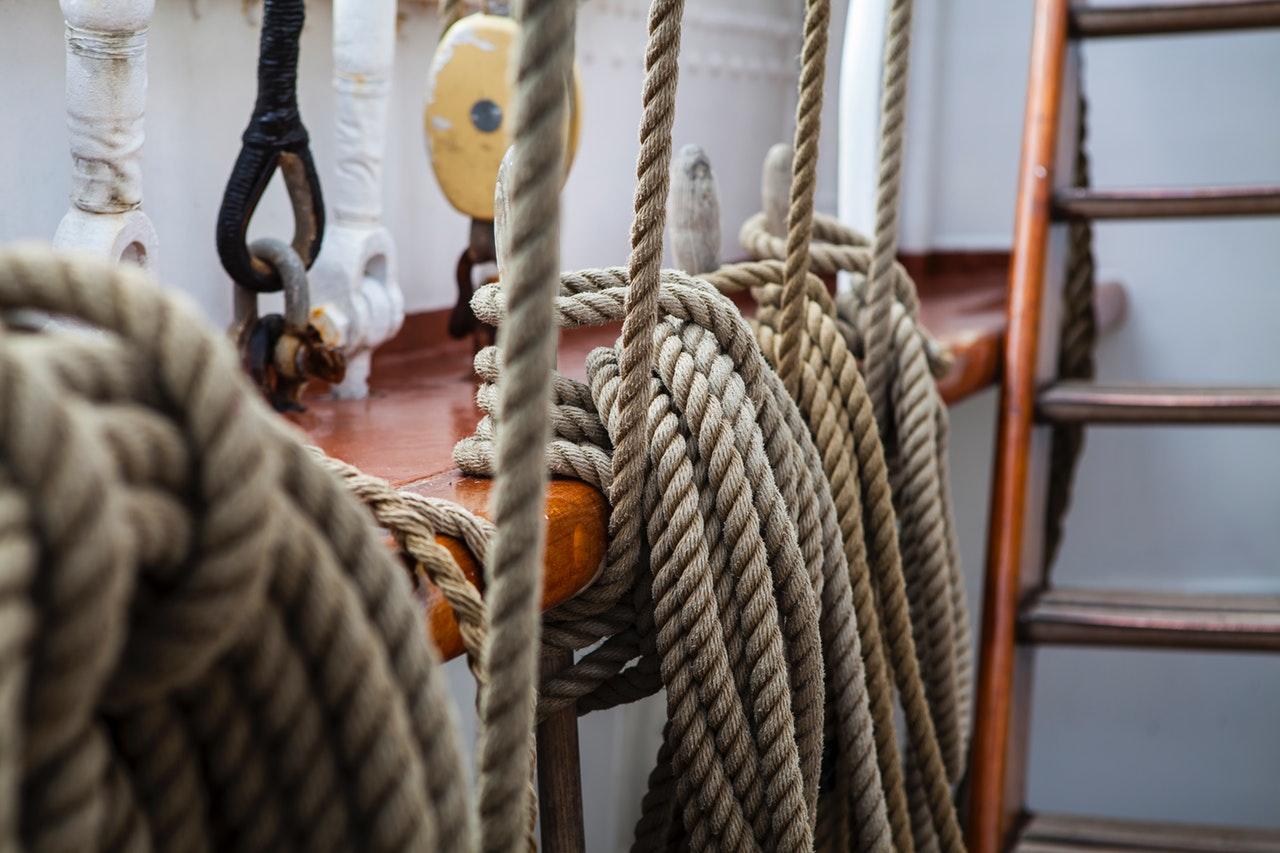 Początek przygody z żeglowaniem – jak skompletować osprzęt żeglarski?